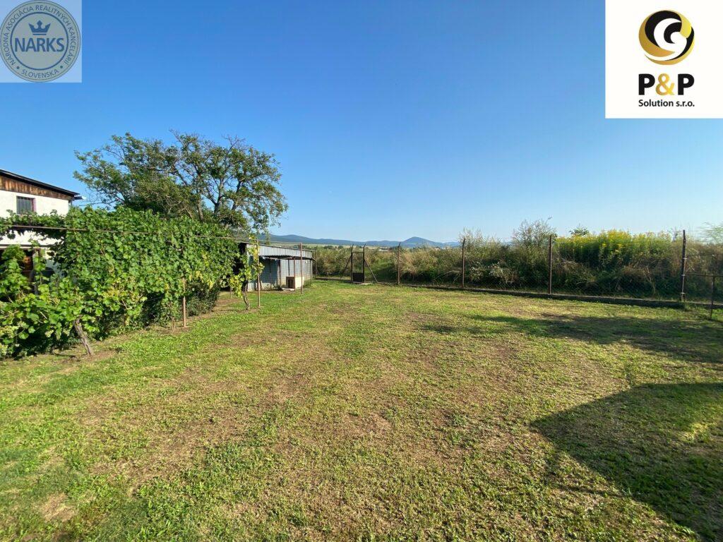 rodinný dom s pozemkom v obci Trstené pri Hornáde. Vzdialenosť od Košíc 20km. Pri dome sa nachádza garáž a šopa.